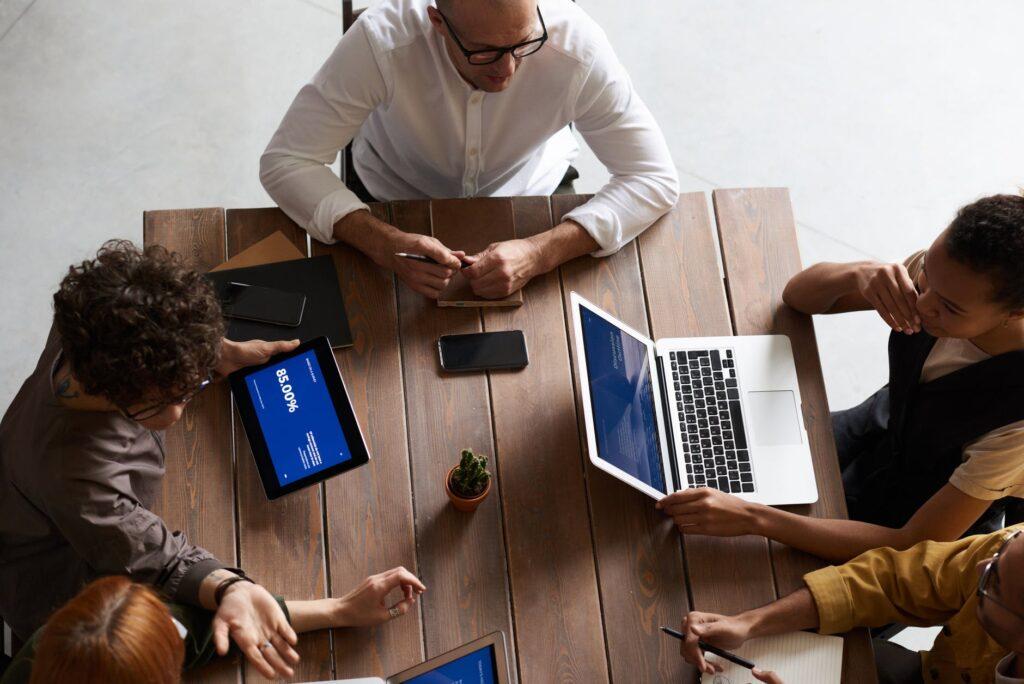 التسويق عبر  المنصات الاجتماعية بين المصادر الخارجية والموارد الداخلية
