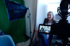 إنتاج مقاطع الفيديو التسويقية بين المصادر الخارجية والموارد الداخلية